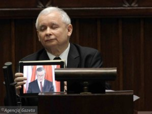 Jaroslaw-Kaczynski-wyswietla-na-iPadzie--przemowie